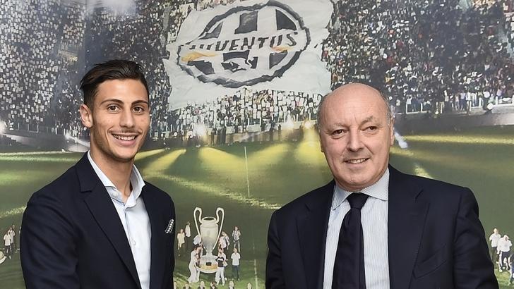 Rolando Mandragora firma il contratto con la Juventus